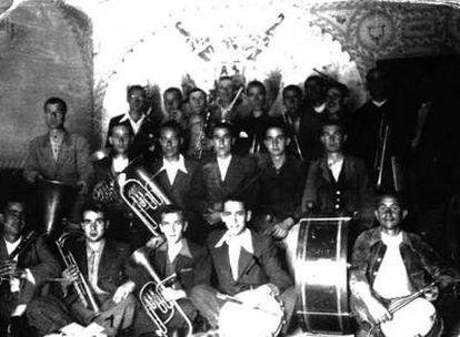 Ernesto Sempere, cuarto por la izquierda de la primera fila, con los miembros de la orquesta de la prisión.