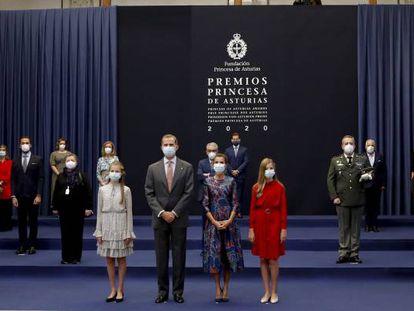 Los Reyes y sus hijas posan con los ganadores de los Premios Princesa de Asturias