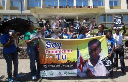 Dominicanos de ascendencia haitiana protestan frente a un tribunal en Santo Domingo.
