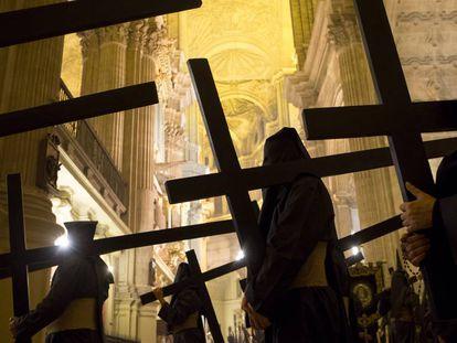 Varios penitentes participan en una procesión en Málaga el pasado abril.