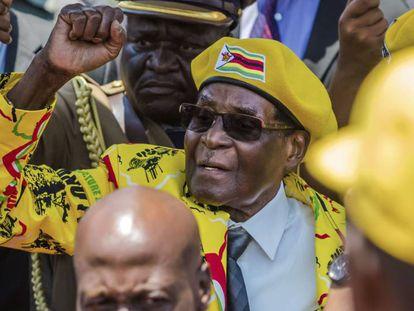 Mugabe saluda a sus partidarios tras la destitución del vicepresidente Mnangagwa, el pasado 8 de noviembre en Harare.