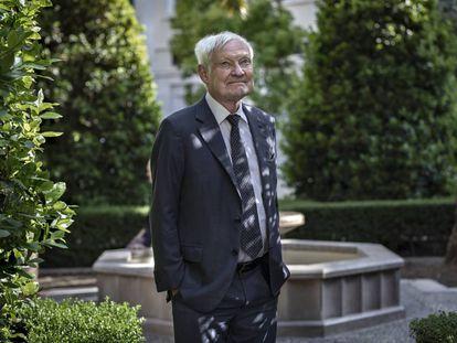 El biofísico Joachim Frank posa tras la entrevista en un hotel de Valencia.