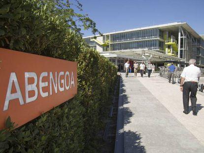 Empleados de Abengoa, en la puerta de la sede central ubicada en Palmas Altas, Sevilla.