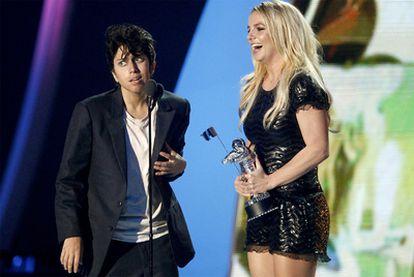 Laday Gaga, vestida como un hombre, fue la encargada de dar el galardón honorífico a Britney Spears.