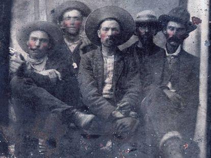 Foto proporcionada por Frank Abrams que muestra a dos personas identificadas por expertos como Billy El Niño (segundo por la izquierda) y a Pat Garret (en el extremo derecho).