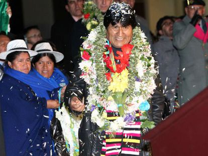 Evo Morales fue recibido con flores en el aeropuerto de La Paz después del tenso periplo europeo.