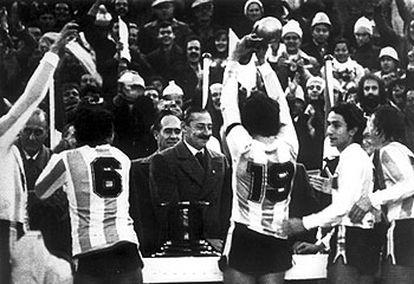 El dictador argentino Jorge Rafael Videla (centro) saluda a los jugadores de la selección nacional de fútbol tras ganar ésta el Mundial de 1978.