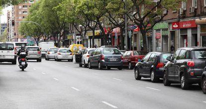 Coches aparcados en el barrio de Moscardó, distrito de Usera.