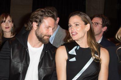 Bradley Cooper y Jennifer Garner en el desfile de Versace en París en julio de 2016.