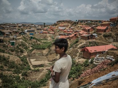 Un niño observa la periferia del campo de Kutupalong, donde las organizaciones humanitarias refuerzan los cimientos de los refugios construidos para los desplazados rohinyás.