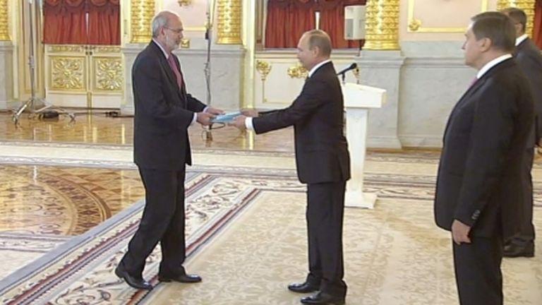 El embajador de Colombia en Moscú, Alfonso López Caballero, durante un evento con el presidente Ruso Vladimir Putin en 2016.