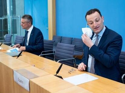 El ministro de Sanidad alemán, Jens Spahn (en primer término), y el presidente del Instituto Robert Koch, antes de una rueda de prensa en Berlín, el 1 de junio.