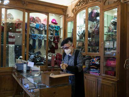 Victoria Alonso, tercera generación al frente de la tienda Guantes y Complementos Alonso.