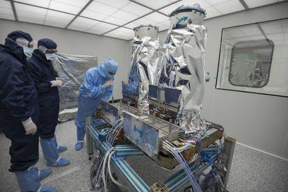 Ingenieros de Sener inspeccionan el instrumento del SeoSat Ingenio en la sede de la empresa en Tres Cantos (Madrid)