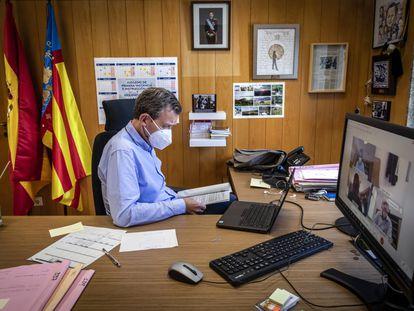 El magistrado José Luis Mendoza, en su despacho en el Juzgado de Primera Instancia e Instrucción 4 y de Violencia sobre la Mujer de Sueca (Valencia).