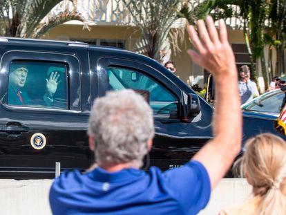 Donald Trump, saluda a sus seguidores mientras su caravana pasa por Southern Boulevard en su camino a Mar-a-Lago en Florida el día de hoy.