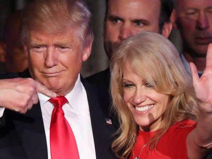 El expresidente Donald Trump, junto a su jefa de campaña, Kellyanne Conway, durante la noche electoral de 2016, en Nueva York.