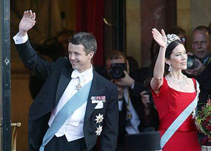 Federico de Dinamarca y Mary Donaldson, a su llegada al Teatro Real de Copenhague.