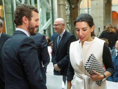 El presidente del Partido Popular, Pablo Casado, junto a la portavoz de Vox en la Asamblea de Madrid, Rocío Monasterio. En vídeo, las declaraciones de Pablo Montesinos sobre el cordón sanitario contra Vox.