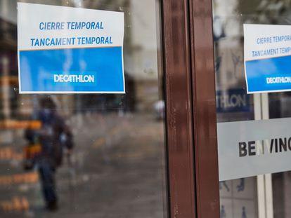 Un cartel informa del cierre temporal de una tienda de Decathlon en Barcelona.
