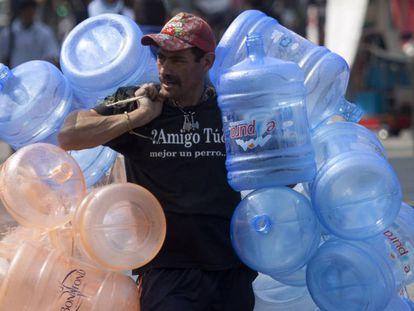 Un vendedor de agua camina en las calles de la Ciudad de México.
