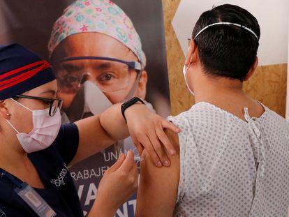 Un voluntario recibe una dosis de la vacuna de la farmacéutica china CanSino Biologics contra la covid en Oaxaca, México, el pasado 8 de diciembre.