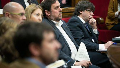El presidente catalan, Carles Puigdemont (derecha) junto al vicepresidente Junqueras y otros consejeros del Gobierno.