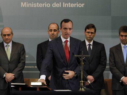 Francisco Martínez, en su toma de posesión en 2012. A la izquierda, Jorge Fernández Díaz.
