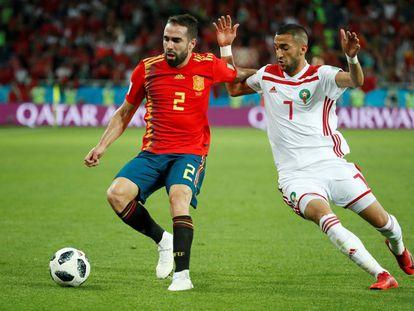 Dani Carvajal y Hakim Ziyech durante el partido entre España y Marruecos en el Mundial Rusia 2018.