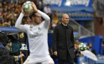 Bale saca de banda bajo la mirada de Zidane en el Real Madrid - Alavés del pasado 30 de noviembre.