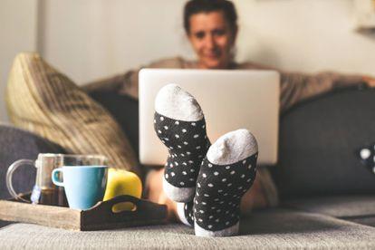 Vestirse igual que si se fuese a trabajar fuera de casa puede ayudar a reducir el consumo energético.