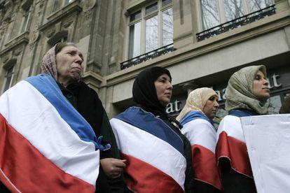 Mujeres musulmanas se manifiestan contra la prohibición del velo en la escuela pública francesa.
