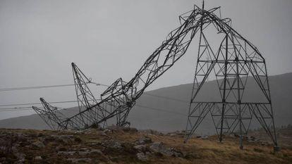 Torretas eléctricas dobladas por el temporal en la Serra do Candal (Forcarei, Pontevedra).