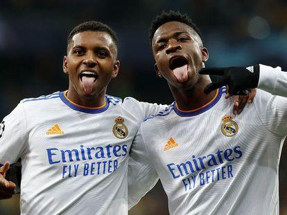 Rodrygo y Vinicius celebran el cuarto del Madrid al Shakhtar, anotado por el primero.