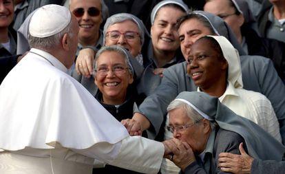 Unas monjas saludan al Papa Francisco, a finales del pasado octubre en el Vaticano.