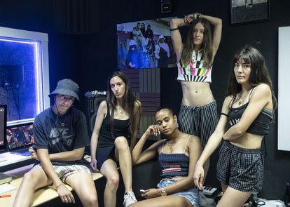 El colectivo de raperas Freesismafia, en su estudio de grabación de el Alto de Extremadura.