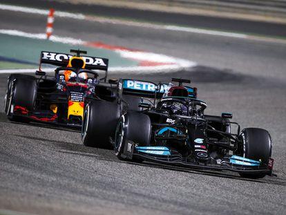 Hamilton y Verstappen durante el Gran Premio de Bahréin el pasado domingo.