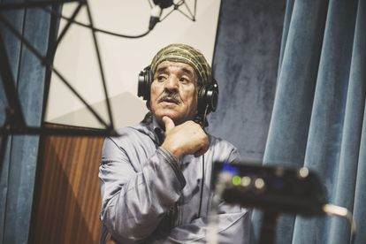 El músico Ahmed Bizmaoune durante un momento de la grabación del recopilatorio 'Ruais. Un viaje al universo de los poetas cantantes itinerantes'.