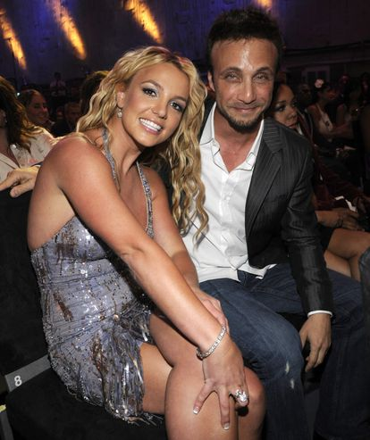 La cantante Britney Spears y su manager, Larry Rudolph, en los premios MTV Video Music Awards en Los Ángeles, California, en septiembre de 2008.