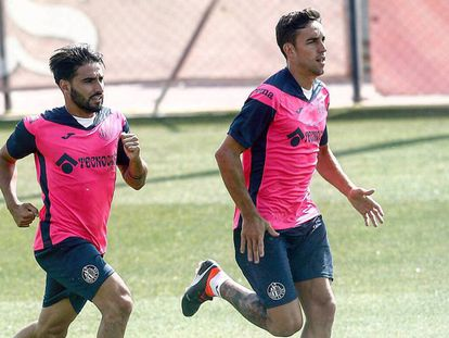 Jaime Mata, a la derecha, entrena con el Getafe.