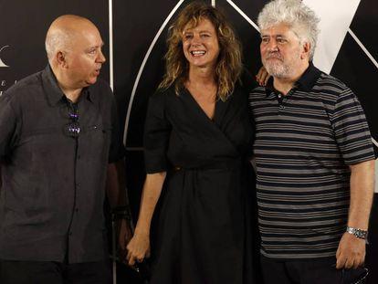 Pedro y Agustín Almodóvar y Emma Suárez, hoy en la Academia de cine. FOTO: JULIÁN ROJAS