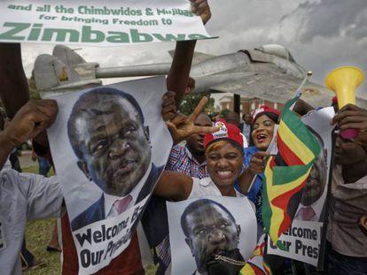 Partidarios de Emmerson Mnangagwa celebran este miércoles en Harare su retorno a Zimbabue.