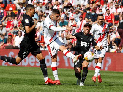 Sergio Guardiola dispara a puerta en el partido del Rayo Vallecano contra el Elche de la Liga Santander.