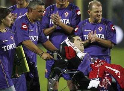 Stefano Borgonovo, en una silla de ruedas, es aplaudido por sus compañeros. A la izquierda de la fotografía, su hija Alessandra.