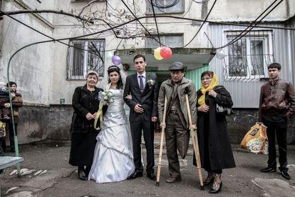 Una joven pareja recién casada visita a la familia de la novia en Bishkek, capital de la república de Kirguistán.