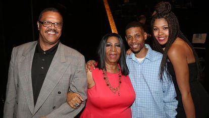 De izquierda a derecha, la pareja de Aretha Franklin Willie Wilkerson; Aretha; su hijo Kecalf Cunningham; y su nieta Victorie Cunnigham.