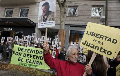 Concentración de miembros y simpatizantes de Greenpeace frente a la embajada de Dinamarca en Madrid