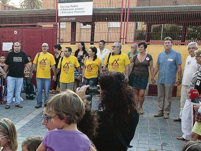 Manifestación de sindicatos docentes y representantes de padres contra los recortes en el colegio Cavite de Valencia.