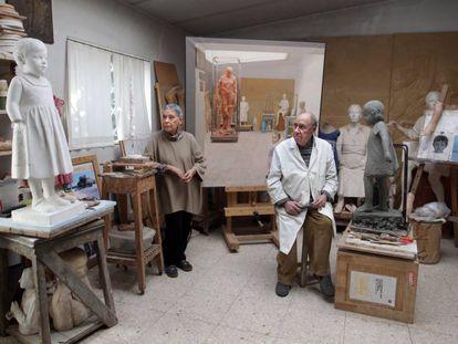 La pintora Isabel Quintanilla (izquierda) y su marido, el escultor Francisco López, en su estudio de Madrid, en enero de 2016.