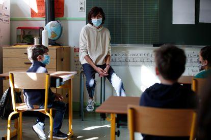 Una profesora en una clase de Primaria en Francia, este jueves.